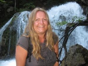 gabi vor dem Wasserfall